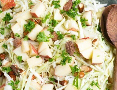 Spidskålssalat med saltmandler og æble